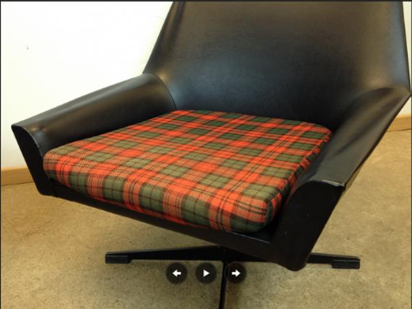 Paire de fauteuils en skai noir 1960