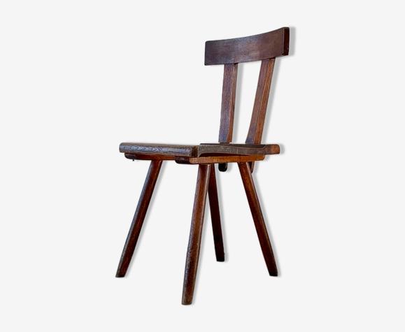 Chaise en bois brutaliste