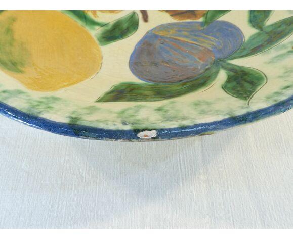 Plat rond en ceramique signé Puigdemont décor aux fruits