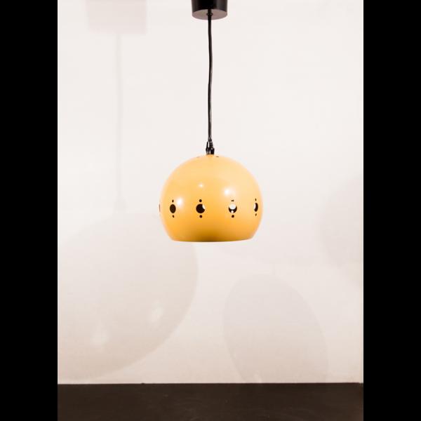 Suspension en métal laqué jaune perforé de motifs géométriques.