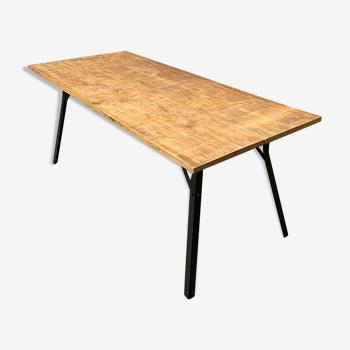 Table à manger industrielle faite à la main de chêne avec des pattes en métal noir