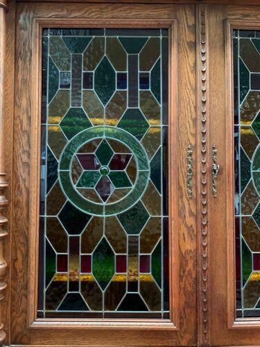 Bibliothèque vitrine renaissance avec vitraux