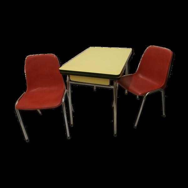 Table en formica et deux chaises