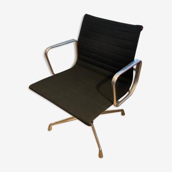 Fauteuil Eames EA108 en tissus noirs édition Vitra