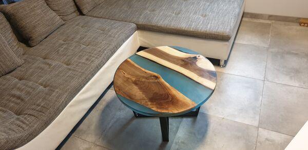 Table basse en bois et résine