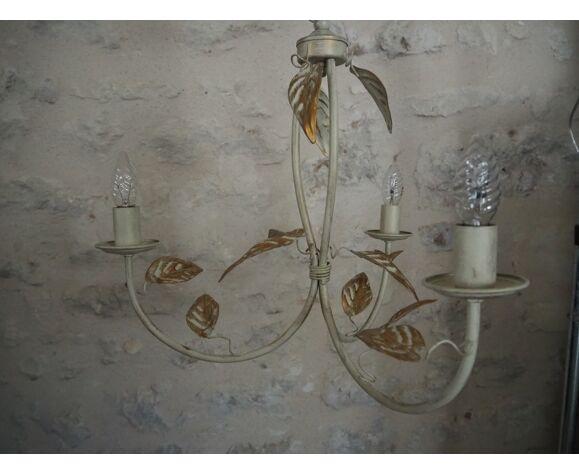 Suspension 3 feux de couleur blanc cassé, liseré doré et feuilles dorées