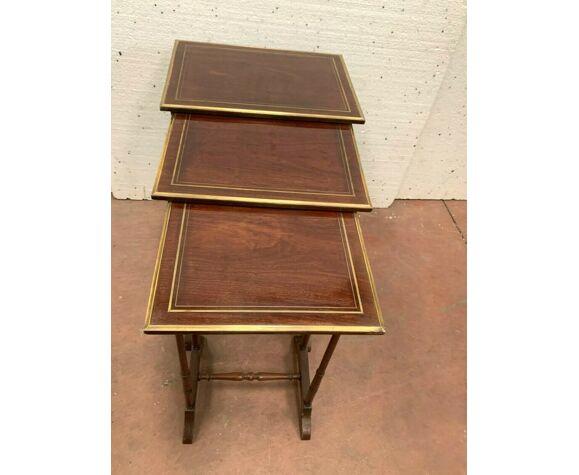 Trois tables gigognes en acajou et filet de laiton XX siècle