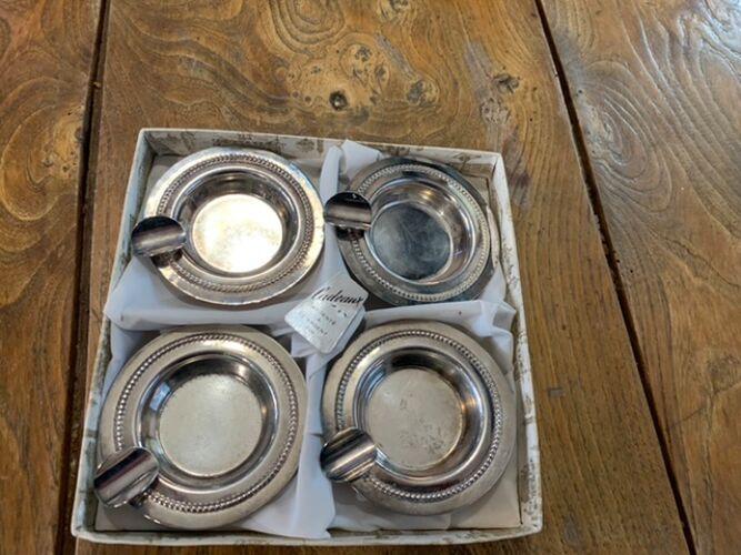 Lot de 4 cendriers en métal argenté dans leur boîte d'origine vintage