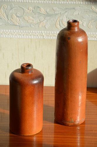 Lot de deux bouteilles en grès émaillé