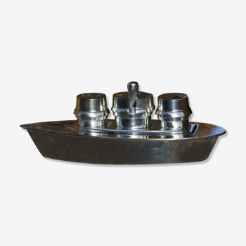 Service à condiments, salière, poivrier, moutardier, en métal argenté en forme de bateau