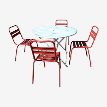 Table pliante en fer blanc et 4 chaises rouge en fer
