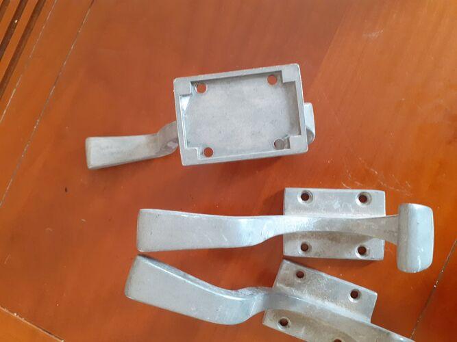 Lot de trois patères en fonte d'aluminium
