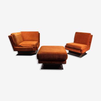 Paire de fauteuils et poufs en velours 1970