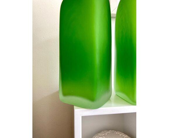 2 vases en verre givré vert
