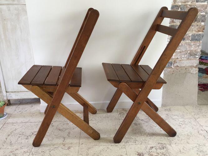 Paire de chaises pliantes estampillées au feu de bois
