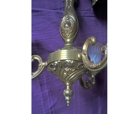 Lustre neuf style Louis XVI bronze doré trois bras de lumière et trois tulipes verre dépoli teinté