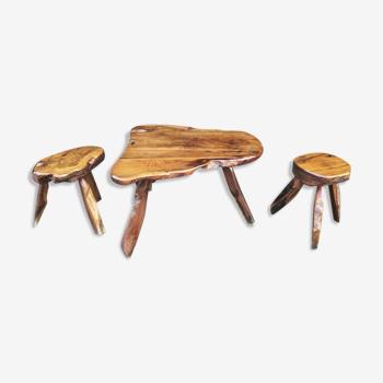 Table et tabourets brutalistes en bois massif
