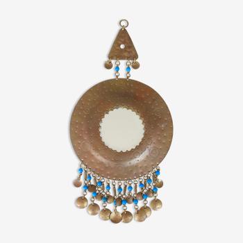 Miroir ethnique rond en laiton décoré de perles, années 60