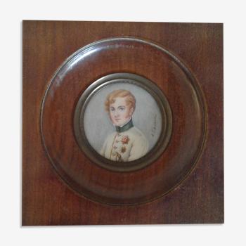 Portrait miniature jeune homme au veston blanc