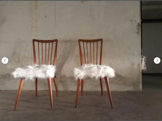 Paire de chaises scandinaves vintage Hygge bois massif et assise mouton de mongolie synthétique