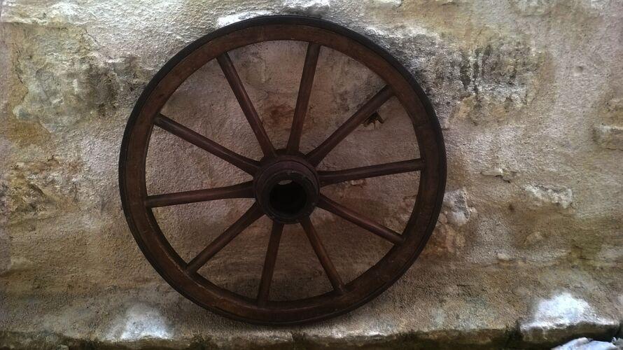 Roue de charrette ancienne