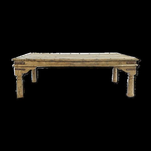 Table basse en bois clouté