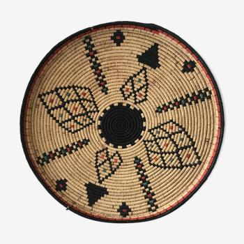 Plat en osier tressé avec motifs ethniques