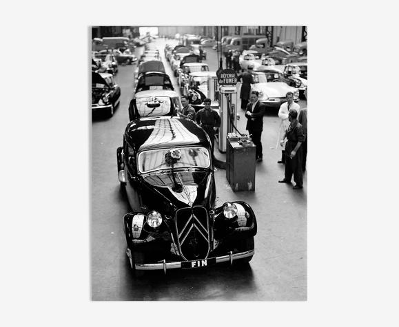 """Photographie, """"La dernière traction, usines Citroën de javel"""", 1957 - 15 X 20 cm."""