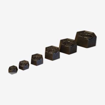 Série de 6 poids hexagonaux anciens en fonte pour balance  ref A210/25