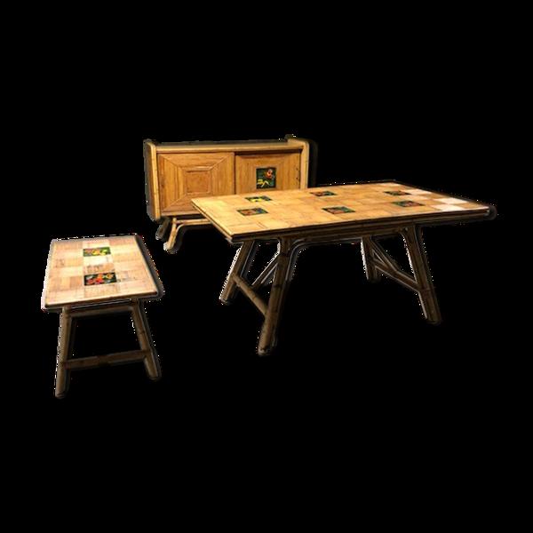 Salle à manger composée d'une enfilade, d'une table et d'une table basse en rotin et mélaminé avec carreaux de faïence, années 50