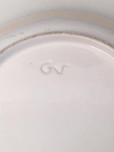 Ensemble plat et son égouttoir en barbotine signé GV
