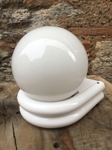 Applique en métal blanc et opaline