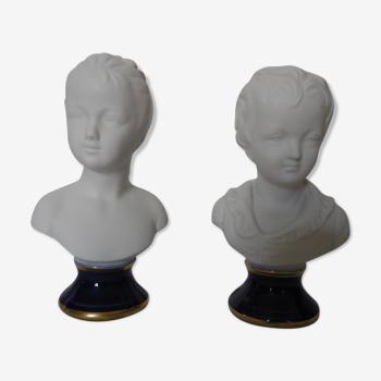 Paire de bustes d'enfants en biscuits de porcelaine