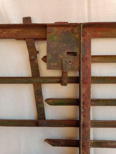 Portillon ancien en métal riveté