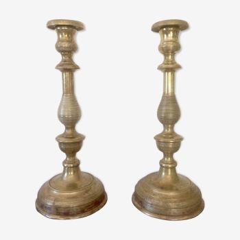Paire de chandeliers en laiton ciselé