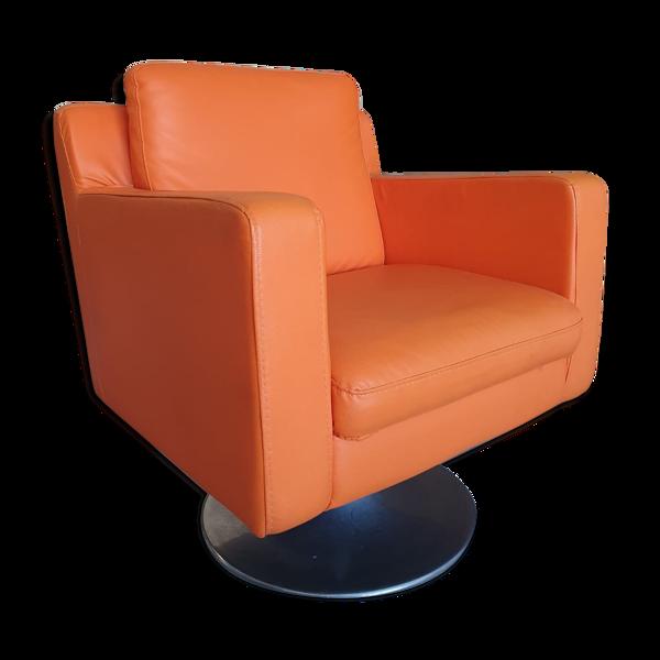 Fauteuil orange vif en simili cuir années 60