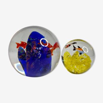 Ensemble de deux sulfures, presse-papiers en verre  à décors de poissons