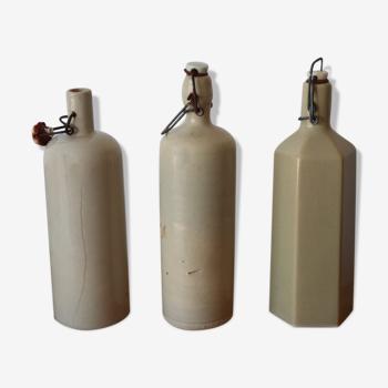 3 bouteilles anciennes en grès blanc