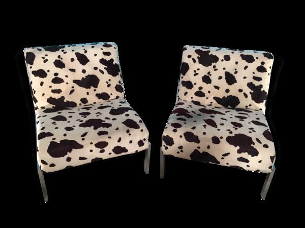 Selency Paire chauffeuses design francais 1970 pieds chromé tissus peau de vache