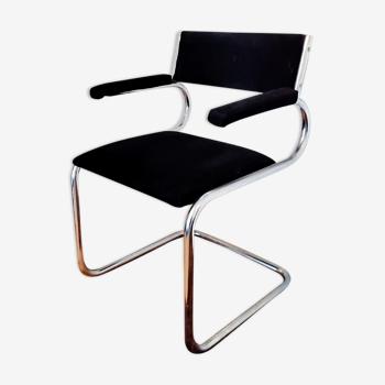 Chaise design en velour et profils tubulaires
