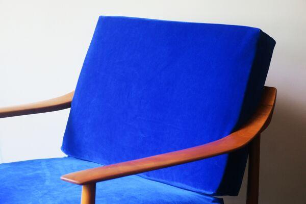 Chaise longue blue velvet avec dos incurvé et coussins à ressorts des années 1960