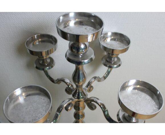 Candélabre sur pied en métal argenté, à larges bougeoirs