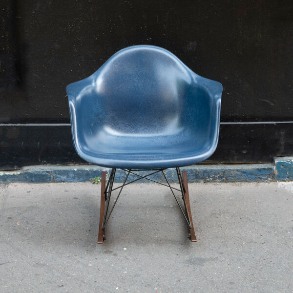 Rocking chair Navy Blue de Charles & Ray Eames, Herman Miller