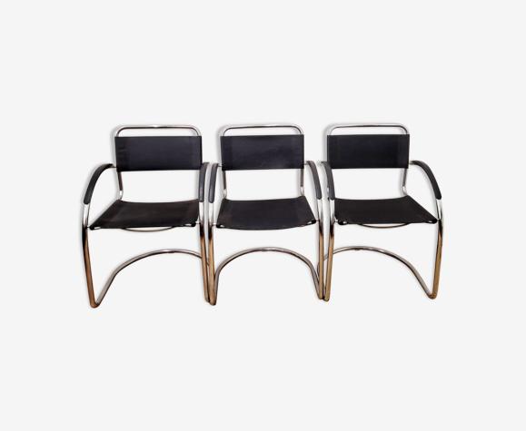 Trois fauteuils en cuir noir et tube acier