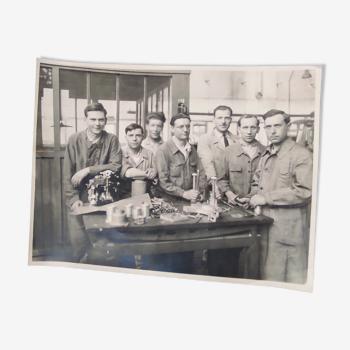 Une photos :concessionnaire vespa et motos .photo sur l' atelier du magasin vers 1960