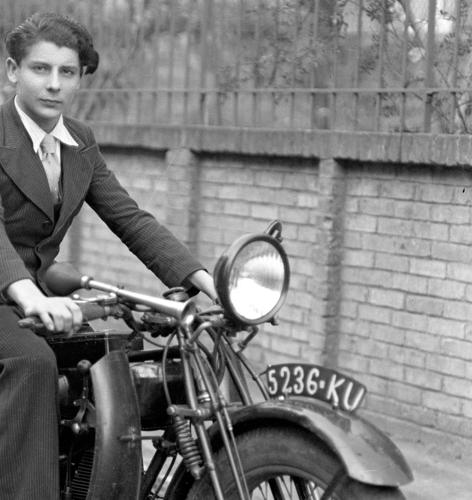 Moto jeune homme 1920