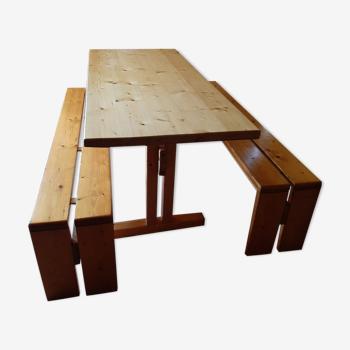 Table, bancs et tabouret de Charloette Perriand, les Arcs