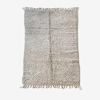 Tapis berbère marocain Beni Ouarain écru à pois noirs 256x170cm