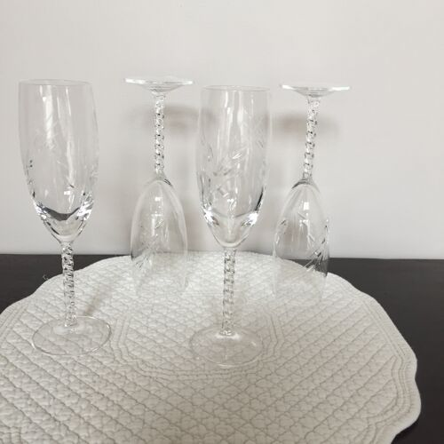 Quatre flutes à champagne en cristal gravées motifs épis de blé