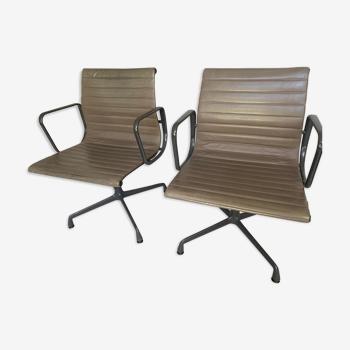 Paire de fauteuils EA108 en cuir par Eames